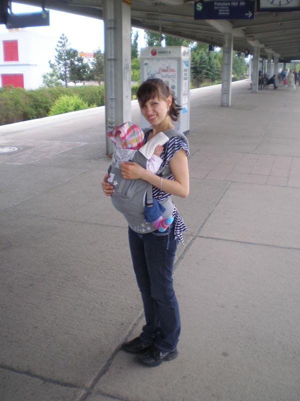 Гуляли в первый раз с рюкзачком