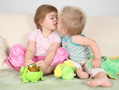 Маленькая девочка трогает мальчику член