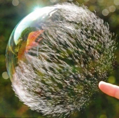 Момент, когда лопается мыльный пузырь