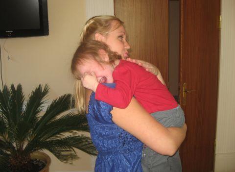 Реакция старшей дочки на младшую в роддоме (фото)