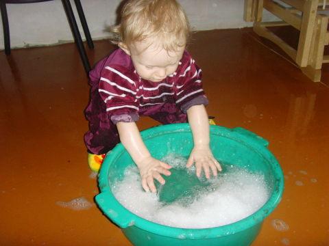 помогаем маме мыть полы))))